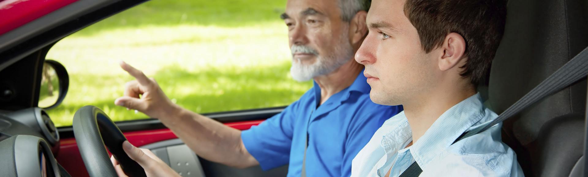 Foto di un istruttore di guida che insegna