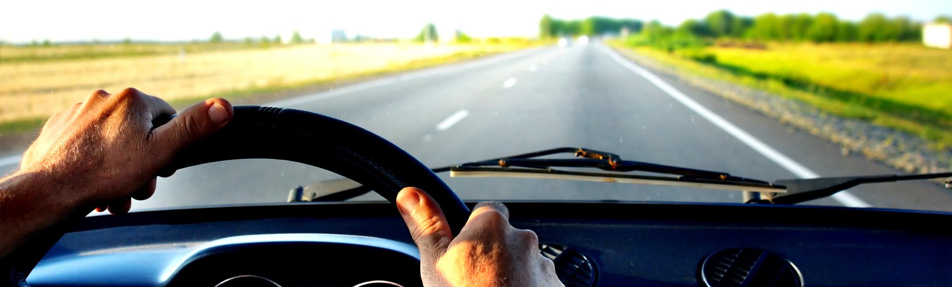 Foto di un automobilista che guida